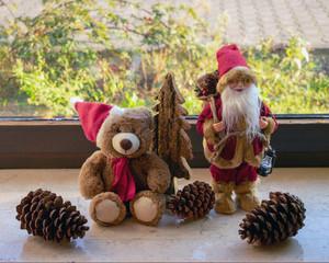 Weihnachtsdekorationen auf der Fensterbank
