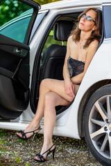 ritratto a colori abito sexy donna su automobile