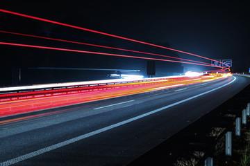 Nächtlicher Verkehr an einer deutschen Autobahn