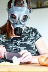 zwiebel schneiden mit gasmaske I