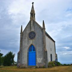 la petite chapelle d'Etables sur mer, près de Binic, en Bretagne dans les côtes d'Armor ; est particulière par sa petite taille