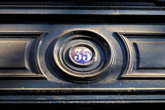 numéro 35 sur façade, porte verte