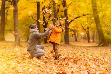 Familie Papa mit Sohn spielt im Park