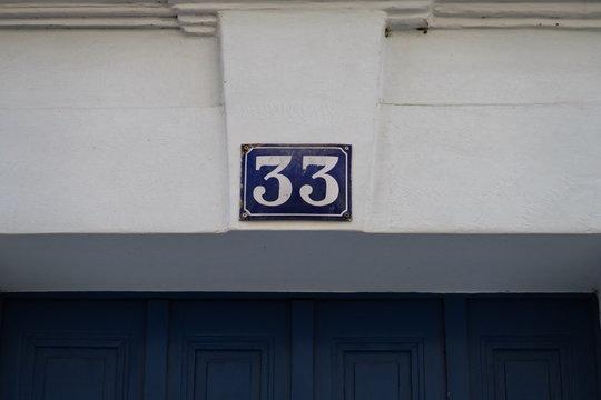 numéro 33 sur façade blanche