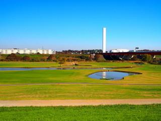 土手から見る河川敷のゴルフ場風景