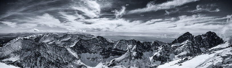 Fototapete - Winter view of the Colorado Rocky Mountains.  Taken from the snow covered summit of Humboldt Peak.