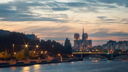Poster Paris Paysage de Paris. La seine au premier plan et la cathédrale Notre-Dame à l'arrière plan. Coucher de soleil et couleurs chaudes dans le ciel.