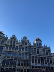 Edifici della Grande Place e splendente cielo blu, Bruxelles, Belgio