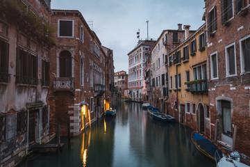 Kanal und Häuser in Venedig von Brücke San Polo aus gesehen bei Dämmerung