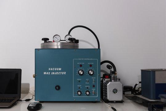 Vacuum wax injector machine
