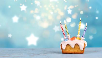 Mini Geburtstagskuchen mit bunten Kerzen