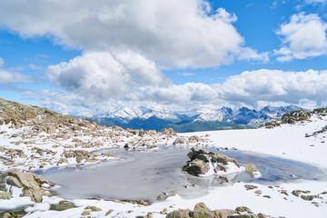 Gefrorener See auf Gipfel in Alpen Gebirge