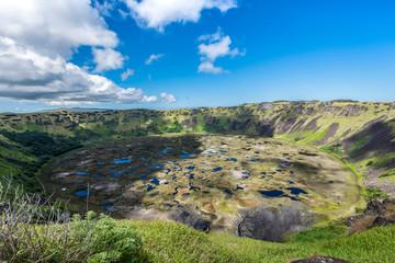 Il cratere del vulcano Ranu Kau con acqua piovana