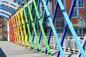 Puente peatonal con estructura metálica de colores