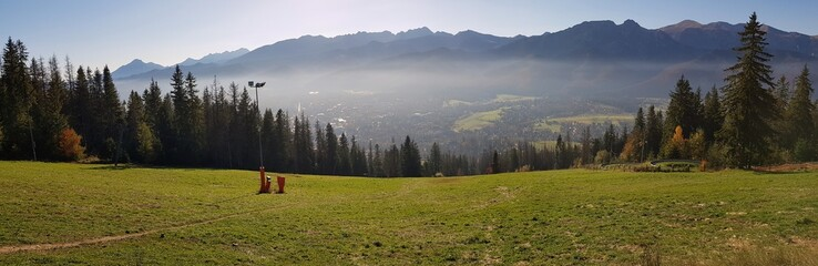 Widok na Zakopane we mgle oraz górujące nad nim Tatry z punktu widokowego na Gubałówce