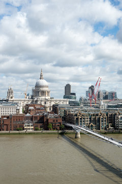 Views of the city of London o a sunny day