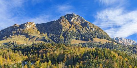 Landschaft mit Bergen, Wäldern und Almen im Berchtesgadener Land in Bayern mit dem Berg Jenner
