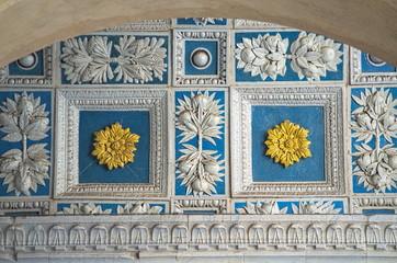 Pistoia, Toscana, Italia, Duomo bellissimo lavoro in ceramica, decorazione tipica ella bottega Della Robbia, del rinascimento italiano. Motivo geometrico arricchito con fiori d'oro in campo blu