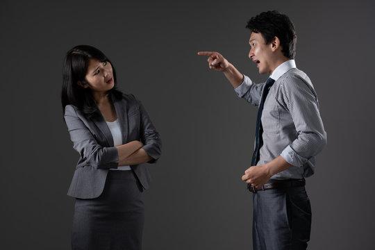 対立するビジネスマンとビジネスウーマン
