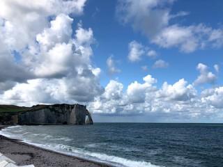 Vista incredibile della scogliera, spiaggia e mare di Étretat, Normandia, Francia