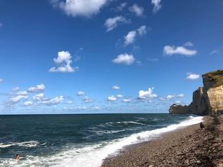 Spiaggia di Étretat e scogliera con sole, Normandia, Francia