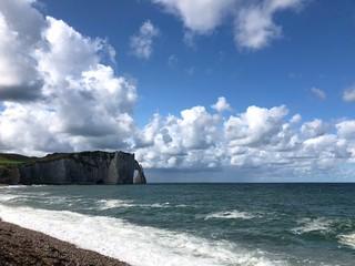 Bellissima vista della scogliera, del mare e della spiaggia di Étretat, Normandia, Francia