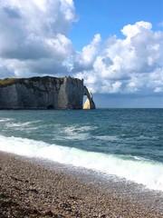 Vista della spiaggia e della scogliera di Étretat, Normandia, Francia