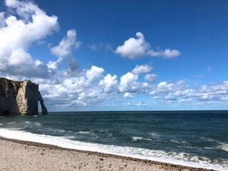Vista della Spiaggia e della scogliera di Étretat con arco, Normandia, Francia