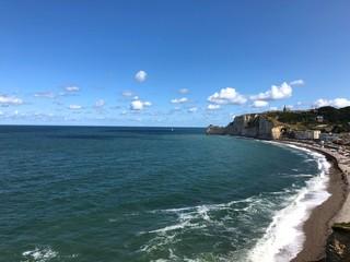 Spiaggia e scogliera di Étretat, Normandia, Francia