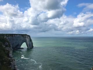Arco della Scogliera di Étretat immerso nel blu, Normandia, Francia