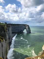 Vista della scogliera di Étretat con nuvole, Normandia, Francia