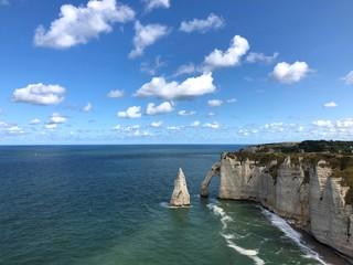 Vista della scogliera di Étretat e del suo arco, Normandia, Francia