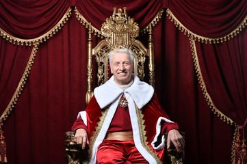Portrait of confident senior man in red cloak Fototapete