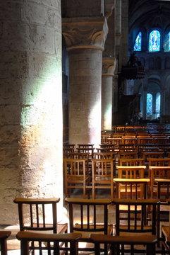 Intérieur de l' abbatiale Notre-Dame, chaises et colonnes dans la lumière, Beaugency, ville du Val de Loire, département du Loiret, France