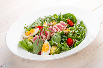 Nisuaz salad with tuna with anchovy sauce