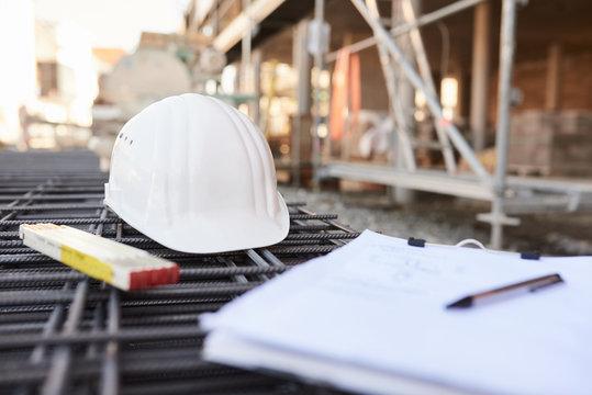 weißer Baustellen Helm, Zollstab, Klemmbrett auf der Baustelle
