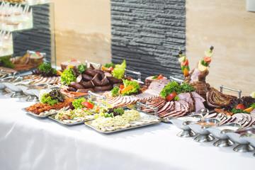 Fototapeta Pięknie udekorowany stół na uroczystość rodzinną z ciastem i ciastkami obraz
