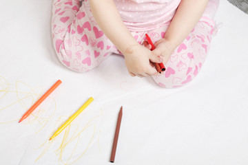Little girl draws felt-tip pens