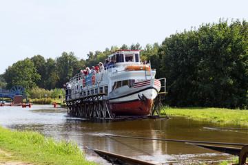 Schiff auf dem Rollberg am Elblagkanal