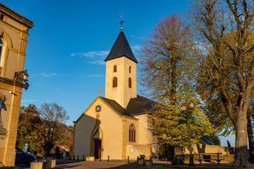 Belle et simple église avec son clocher Saint-Rémi à Scy-chazelles en France