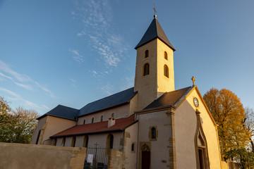 Belle et simple église avec son clocher en France sur fond de ciel bleu