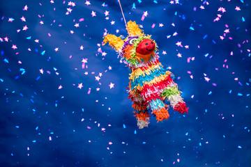 piñata para cumpleaños y navidad,  en forma de burro colorida con luces brillantes, fondo verde  y destellos brillantes, en forma de burrito y de picos tradicional con barbas de colores