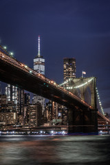 Brooklyn Bridge in New York mit Manhattan Skyline bei Nacht