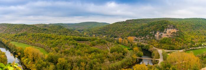 Vallée de l'Aveyron à Bruniquel en Occitanie, France