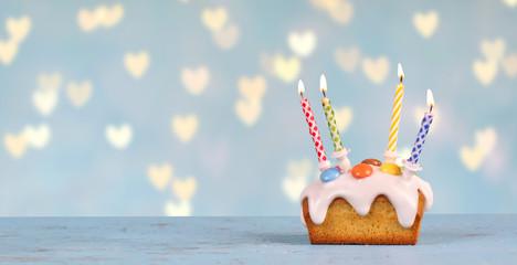 süßer Geburtstagskuchen mit Herz Hintergrund