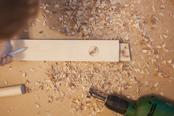 Kid makes do-it-yourself construction. Kind baut Holzkonstruktion.