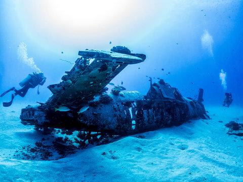 Corsair plane Wreck from World War 2 - Scuba diving in Oahu, Hawaii