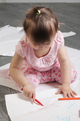 little girl draws felt-tip pens