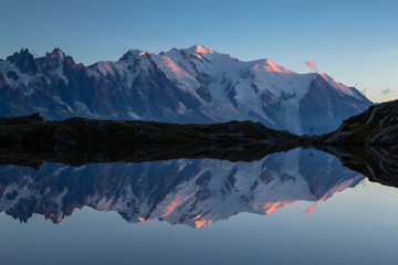 Fotomurales - The Mont Blanc massif reflected in Lac de Chesery during dusk. Chamonix, France.