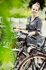 junge Frau stellt ihr Fahrrad ab